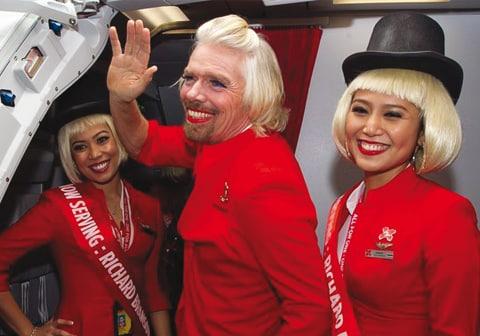 Richard Branson fait le buzz en hôtesse sexy!