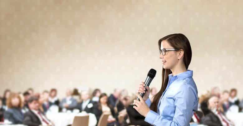 Participer à des conférences pour se faire connaître : une bonne idée ?