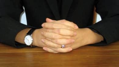 Photo of Doigt croisés, mains sur la table