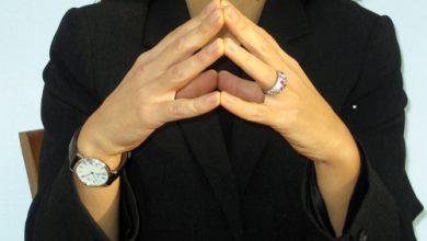 Photo of Les doigts qui se touchent, coudes posés sur la table