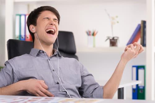Ecouter de la musique au travail : bien ou mal ?